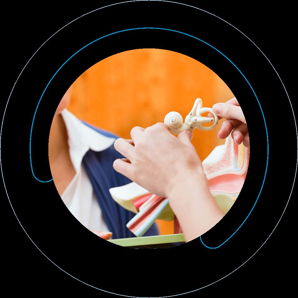 Συνεργάτης  της Cosmoear αναλύει τον τρόπο λειτουργίας των ακουστικών βαρηκοΐας σε κατ'οίκον επίσκεψη