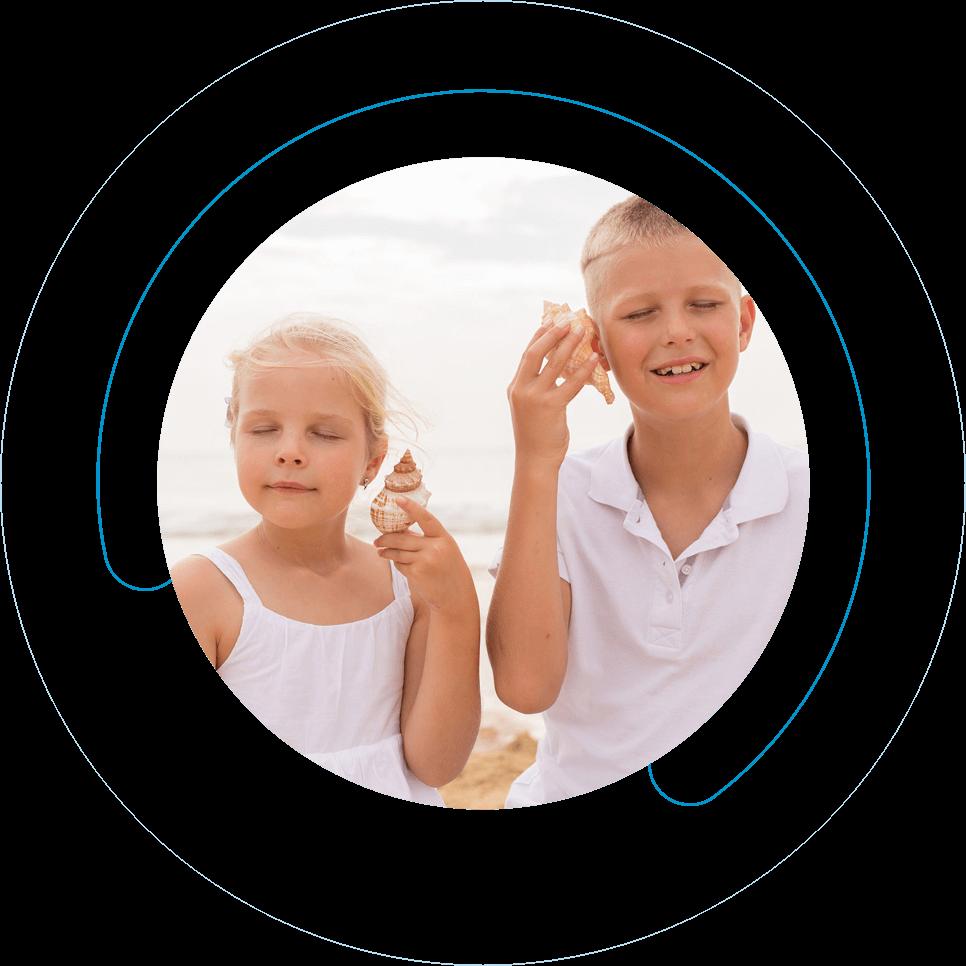 Αγόρι και κορίτσι φοράνε ακουστικό παιδικής βαρηκοΐας από την Cosmoear