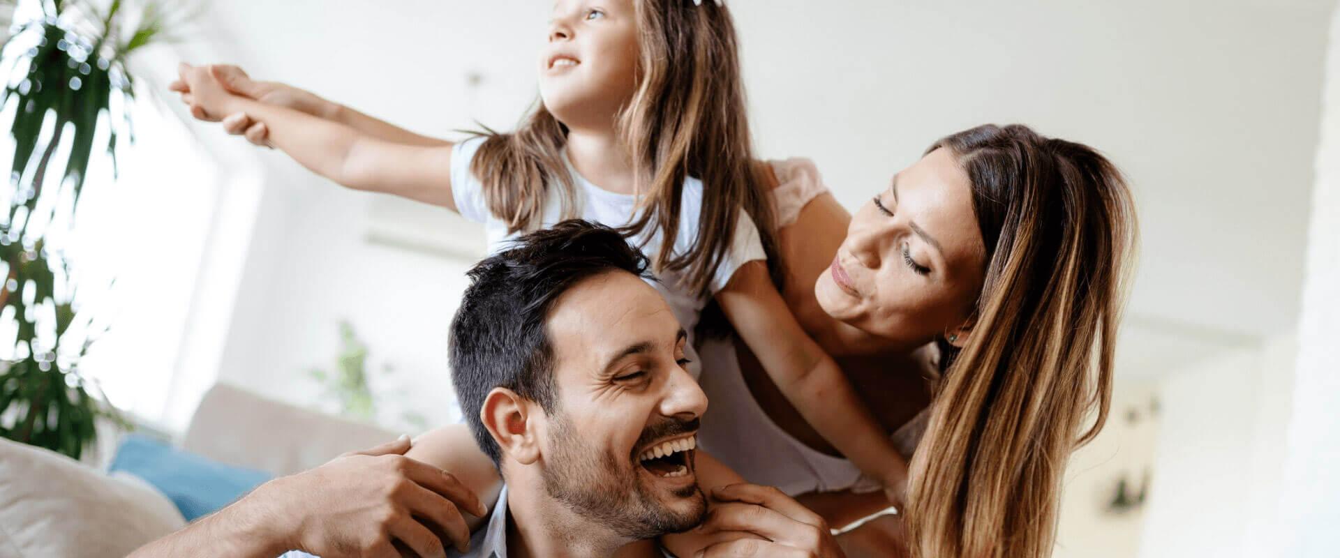 Οικογένεια χαμογελά χρησιμοποιώντας τα ακουστικά βαρηκοΐας της Cosmoear