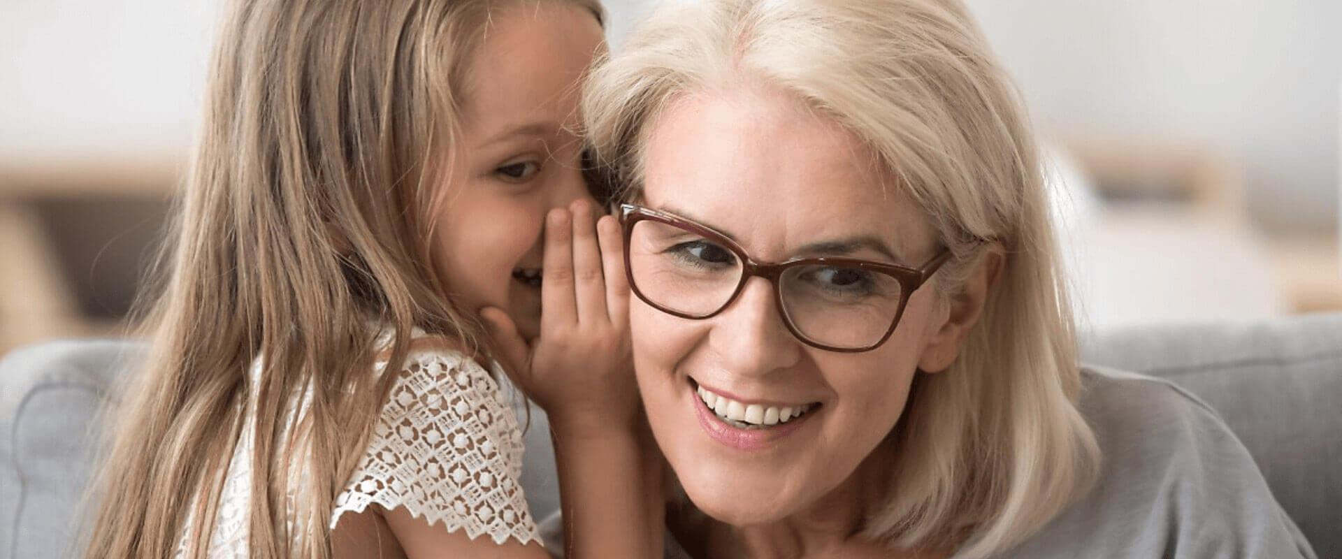 Γιαγιά ακούει το ψιθύρισμα της εγγονής της με τα ακουστικά βαρηκοΐας Cosmoear